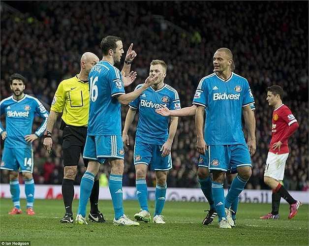 Và dù O'Shea đã tháo chiếc băng đội trưởng, nhưng cuối cùng người rời sân vẫn là Brown - người đồng đội đã gắn bó với anh từ Man Utd sang Sunderland.