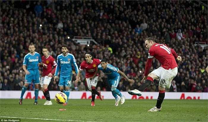 Sau tình huống gây tranh cãi trên, Rooney đã thực hiện thành công quả đá phạt đền giúp Man Utd vươn lên dẫn trước và mở ra thế trận dễ dàng cho đội nhà.