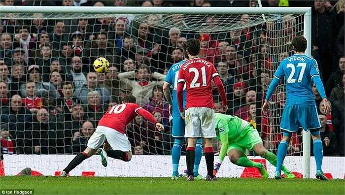 Cú sút của Janujaj khiến thủ thành đội khách không thể bắt dính và Rooney hoàn tất cú đúp với pha băng vào dứt điểm bằng đầu dễ dàng.