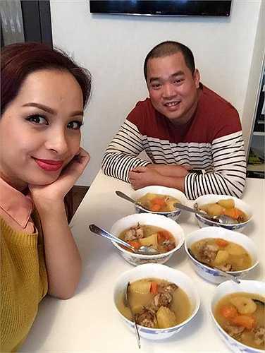 Thúy Hạnh: 'Bữa cơm ấm cúng cùng các học viên tại trung tâm của em người Việt tại Moscow. Từ hôm qua đến đây chúng mình vẫn chưa ra đến ngoài đường...Dạy học xong hai ngày mới đi tung tăng ngắm nghía được'