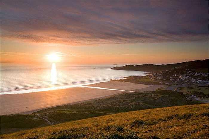 Được trang Tripadvisor xếp hạng thứ 13 trong những bãi biển tuyệt vời nhất thế giới, chạy dài khoảng 3km, biển Wooolacombe, Anh Quốc là nơi phù hợp cho những tay lướt sóng cừ khôi.
