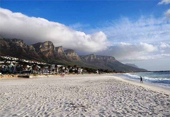 Tọa lạc ở thành phố Cape Town, Nam Phi, bạn sẽ bị choáng ngợp bởi không gian nơi này. Bãi biển trải dài với những hàng dừa xanh mướt, cát trắng dòng nước mát lạnh xoa dịu đi cái nắng chói chang của vùng đất Nam Phi