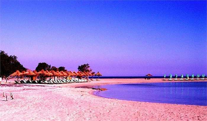 Nếu bạn đã đến Hy Lạp, hoặc sắp đến, thì bạn không thể nào bỏ qua bãi biển Elafonissi. Bỏ bùa mê mọi vị khách du lịch bởi làn nước xanh trong trái ngược lại với màu cát hồng hồng quyến rũ tạo nên một khung cảnh mê hồn.