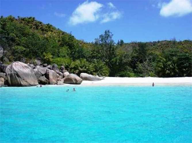 Khi đến đảo Seychelles, bạn nhớ đến thăm bãi Anse Lazio. Bao phủ bởi bãi cát trắng mịn như bột và rìa được bao quanh bởi những phiến đá lớn được bào mòn bởi sóng biển. Điểm thú vị ở nơi này chính là những chú cá nhiều màu sắc bơi lội tung tăng trong làn nước trong vắt của biển Anse Lazio.