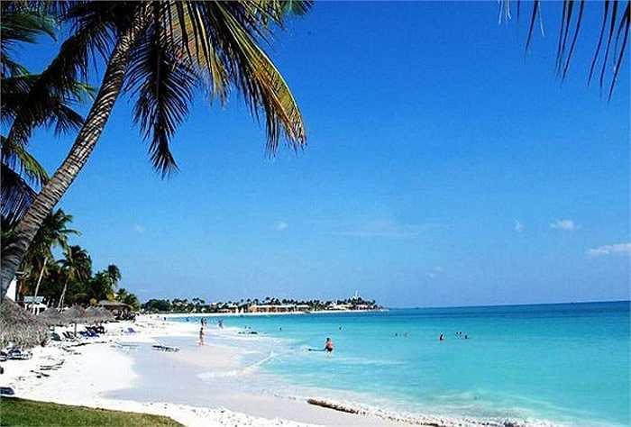 Đảo nhỏ nằm cách phía bắc Venezuela, Aruba tự hào có bãi biển biển Eagle lọt vào top những bãi biển đẹp nhất vùng Carribean. Trải dài với những bãi cát trắng mướt, và biển xanh, không có những đám đông ồn ào hay người bán hàng rong.