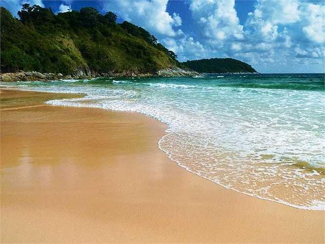Gần đây nhiều người đã chọn lựa Thái Lan như một điểm đến lí thú bởi vì một lý do: các bãi biển tuyệt đẹp ở đây. Bãi Nai Harn nằm gần Phuket, phía nam Thái Lan là một trong những bãi biển nổi tiếng nhất ở đây. Với làn nước trong xanh, nhiệt độ dao động trong 29 độ và ánh nắng chan hòa, không quá gay gắt là điều kiện lý tưởng cho một kì nghỉ xuân.