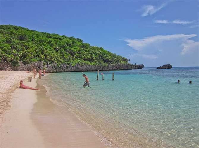 Được tán dương vì những bãi cát trắng mịn xốp dài đến vô tận, dòng nước xanh mát thích hợp cho các đôi uyên ương dạo bước. Bãi West Bay ở Honduras đã ghi tên mình vào một trong những bãi biển đẹp và thơ mộng nhất thế giới