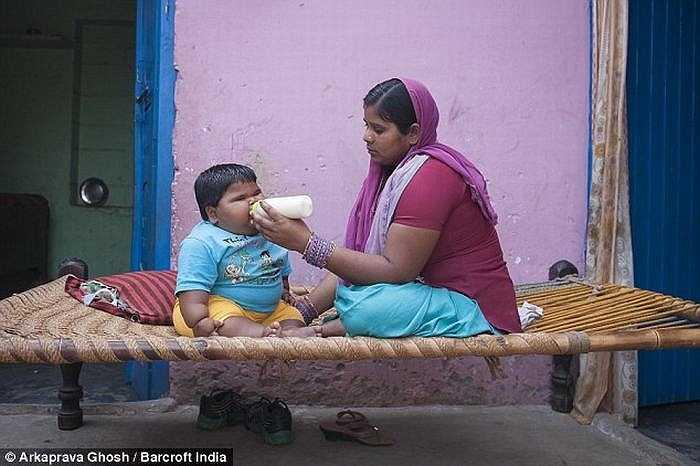 Cuộc sống của Aliya đang bị đe dọa nhưng gia đình Aliya không có tiền và chỉ có thể đưa bé đến bác sỹ trong làng.
