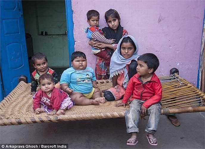 Hiện, bố mẹ bé Aliya còn có một con trai 5 tuổi cũng mắc chứng béo phì và không thể đến trường do cha mẹ khó khăn về tài chính.