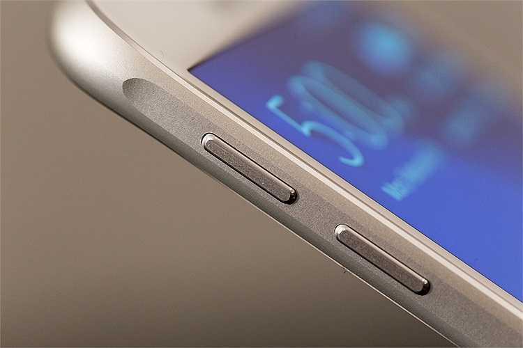 Galaxy S6 là sản phẩm đầu tiên của dòng Galaxy S không sử dụng lớp vỏ nhựa mà thay vào đó là lớp khung kim loại cùng lớp kính cường lực ở cả mặt trước và sau