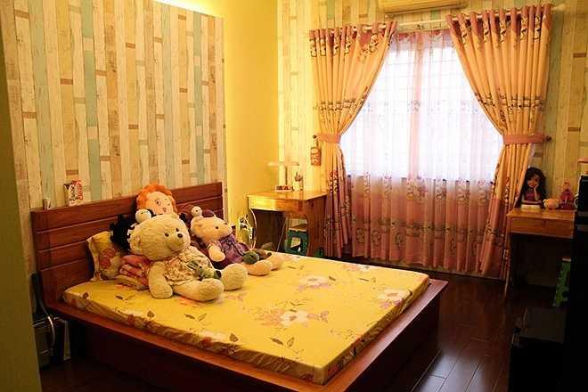 Ngoài phòng ngủ chính của nam ca sĩ, căn nhà mới của anh còn có thêm 2 phòng ngủ khác để người nhà, bạn bè mỗi lần ghé thăm có thể ngủ lại. Không gian của phòng ngủ khác được trang trí màu vàng trẻ trung, ấm áp. Phòng nào cũng được anh đặt rất nhiều thú bông do fan tặng.