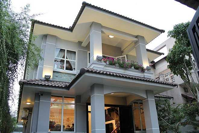 Ngôi nhà nằm trên khu đất rộng khoảng 200 m2, có vườn và nhiều cây xanh. Nhà được thiết kế theo không gian mở với nhiều cửa sổ.
