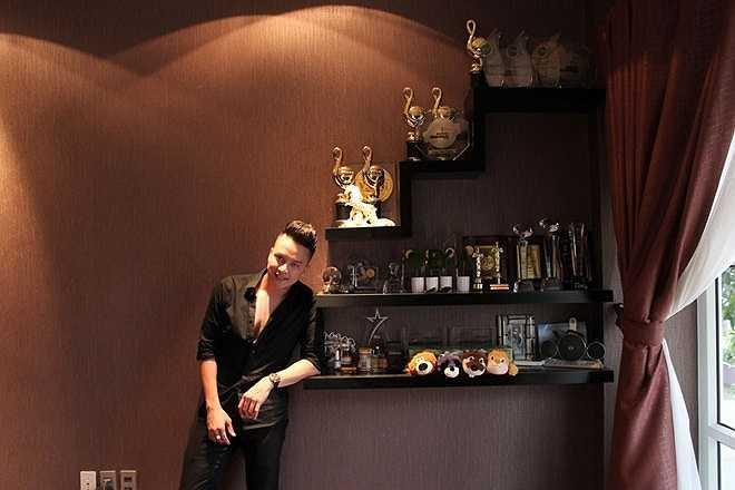Anh cũng dành riêng một góc ngay cạnh phòng khách để trưng bày những giải thưởng âm nhạc kể từ lúc đi hát đến nay.