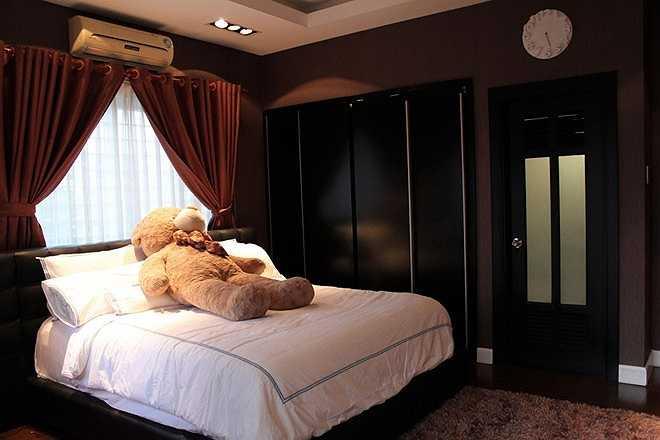 Phòng ngủ của nam ca sĩ được trang trí màu tối tạo cảm giác dễ ngủ, ấm áp.