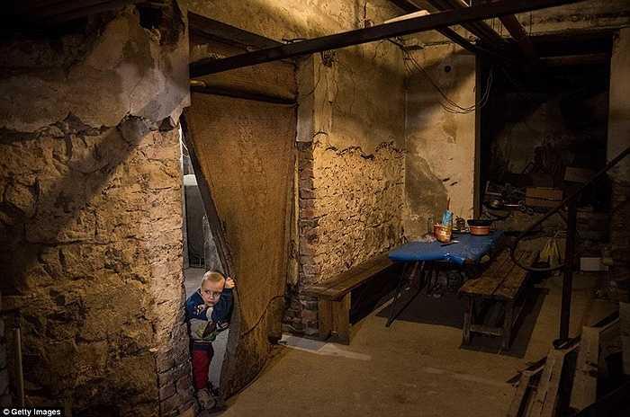 Pavel Makeev đang đợi chờ bữa trưa của mình bên trong hầm trú ẩn