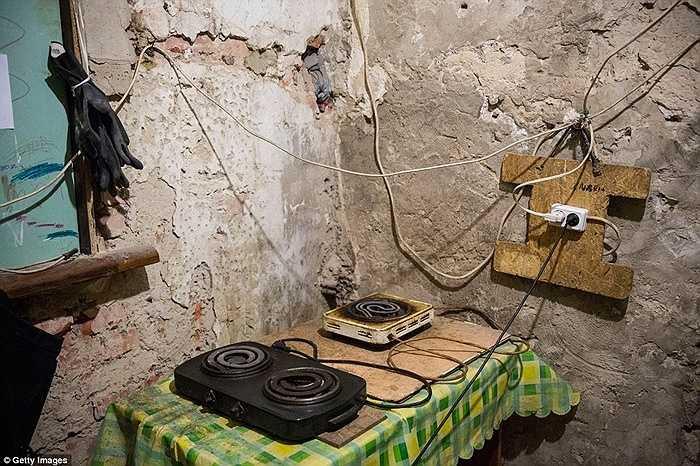 Người dân dùng bếp điện để đun nấu