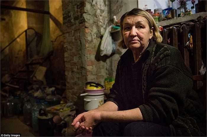 Một phụ nữ ngồi trong hầm trú ẩn