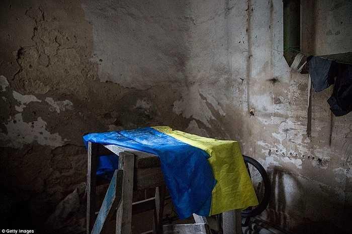Quốc kỳ Ukraine nằm trong một khu vực phơi quần áo của người dân dưới hầm trú ẩn