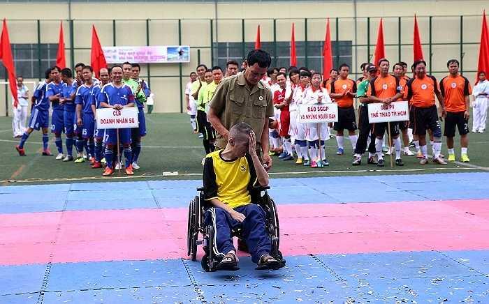 Sau một thời gian dài lâm bệnh nặng, nhà báo Đỗ Minh Hùng (áo vàng, ngồi xe lăn), người khởi xướng và sáng lập giải Quả bóng Vàng Việt Nam, Chiếc giày Vàng, Giải Fair-play đã từ trần