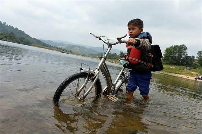 Đường đến lớp của các em nhỏ ở vùng sâu vùng xa gần biên giới giáp Lào khá nhiều chướng ngại vật với nhiều sông suối nguy hiểm. Em Hồ Văn Dương (bản Khe Luồi - nơi tựa vào núi bên kia dòng ĐaKrông), học lớp 4 trường tiểu học Mò Ó (xã Mò Ó, huyện ĐaKrông) hàng ngày vẫn phải dắt xe đạp lội nước về nhà.