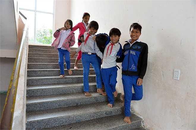 Các học sinh vui đùa ở cầu thang dẫn lên tầng 2 khu nội trú tại xã Tà Long.