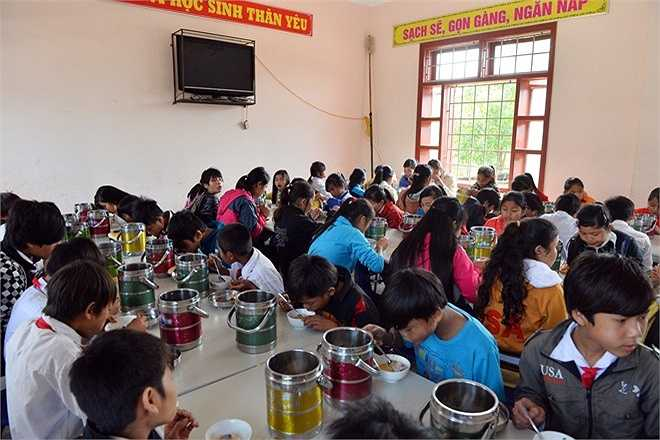 Toàn bộ học sinh có hoàn cảnh khó khăn được ở miễn phí, riêng tiền ăn, điện, nước vẫn phải trả nhưng được hưởng giá rất ưu đãi.