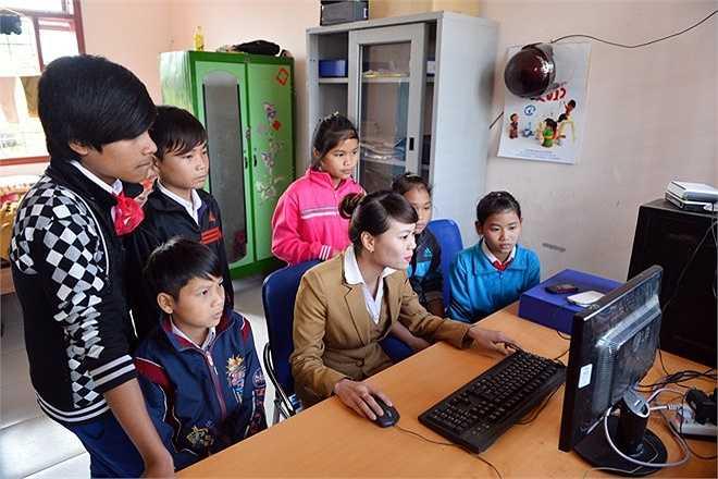 Ngoài việc học văn hóa, chơi thể thao, hàng ngày các em còn được làm quen với môi trường Internet, học vi tính để dễ dàng hòa nhập với xã hội hiện đại.