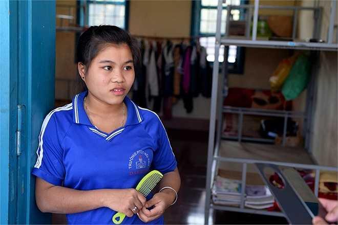 Em Hồ Thị Đem (người dân tộc Pa Cô) từ xã A Vao phải sang xã Tà Rụt để học và ở nội trú. Nữ sinh lớp 10 cho biết, nhà cách trường chỉ hơn 10 km, bố mẹ sinh được 7 anh chị em, hoàn cảnh rất khó khăn, xe đạp để đi lại cũng không có.