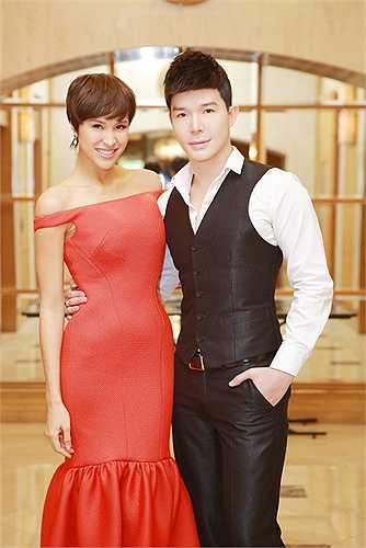MC Phương Mai yêu kiều và nữ tính, khoe đôi vai trần thon thả, quyến rũ.