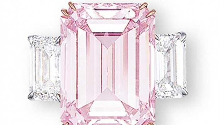 Kim cương hồng - 23,2 triệu USD. Viên kim cương 14,23 carat này được nhà đấu giá Christie rao bán với giá trị khủng khiếp. Tuy nhiên, xét về độ hiếm và độ tinh khiết của viên kim cương này, mức giá dành cho nó cũng thực sự xứng đáng