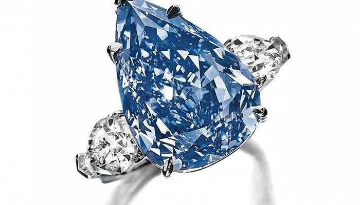 Viên kim cương Winston Blue - 23,8 triệu USD. Viên kim cương 13,2 carat này được gắn vào một chiếc nhẫn đính hôn và rao bán với giá 23,8 triệu USD. Trước đó, số lượng kim cương xanh 10-12 carat được bán ra đã cực hiếm, huống hồ là một viên hơn 13 carat