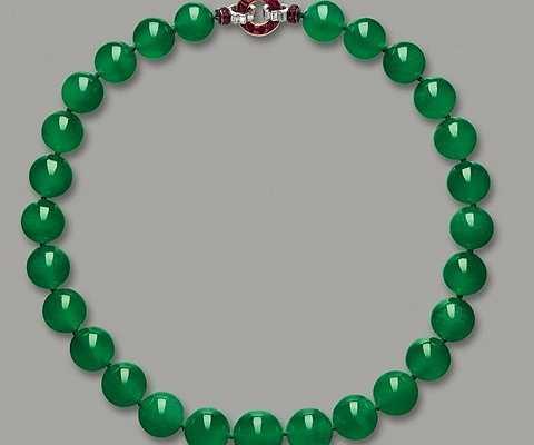 Vòng cổ Hutton-Mdivani Jadeite - 27,4 triệu USD. Chiếc vòng cổ này bao gồm 27 hạt đá cẩm thạch màu xanh ngọc bích đã từng được rất nhiều người nổi tiếng sử dụng. Phần khóa của nó được đính một viên kim cương khá đẹp mắt