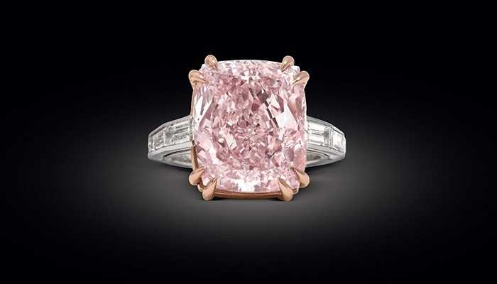 Graff Pink - 46,2 triệu USD. Nhà đấu giá Sotherby từng không nghĩ rằng viên kim cương 24,78 carat của họ lại vượt qua được mức 40 triệu USD. Màu sắc vô cùng hiếm và vẻ ngoài bóng loáng của nó đã chinh phục được rất nhiều khác hàng cá tính