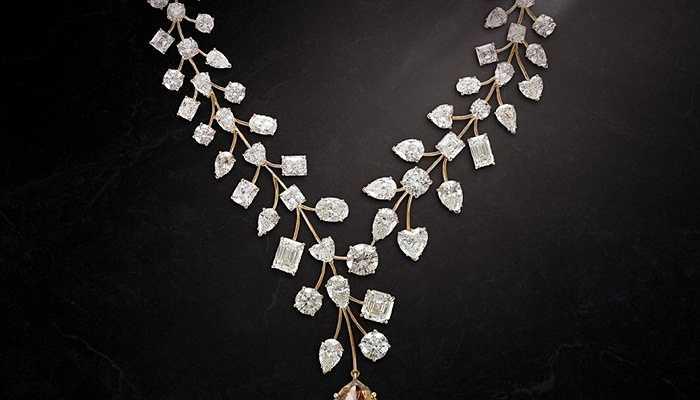 Vòng cổ kim cương L'Incomparable  - 55 triệu USD. Được sản xuất bởi hãng Mouawad nổi tiếng, đây là chiếc vòng cổ đắt giá nhất thế giới và viên kim cương đính trên nó cũng thuộc loại lớn nhất với hơn 407 carat