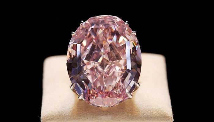 Nhẫn kim cương Ngôi sao hồng - 72 triệu USD. Viên kim cương 132.5 carat này được khai thác từ mỏ ở châu Phi và vẻ bề ngoài của nó được các chuyên gia đánh giá là vượt qua tất cả những chuẩn mực trước đó về trang sức