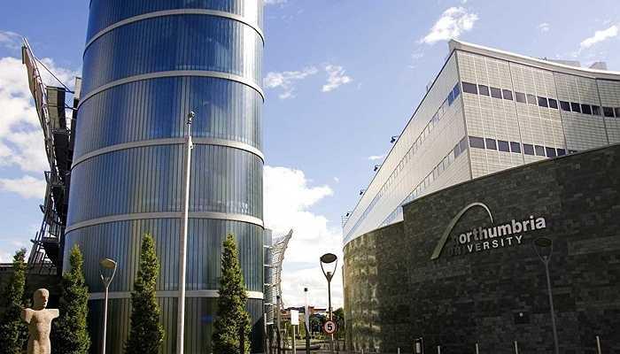 Jonathan Ive học ngành thiết kế công nghiệp tại Đại học Bách khoa Newcastle, nay là Đại học Northumbria