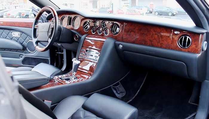 Chiếc xe này được trang bị nội thất bằng gỗ và da sang trọng