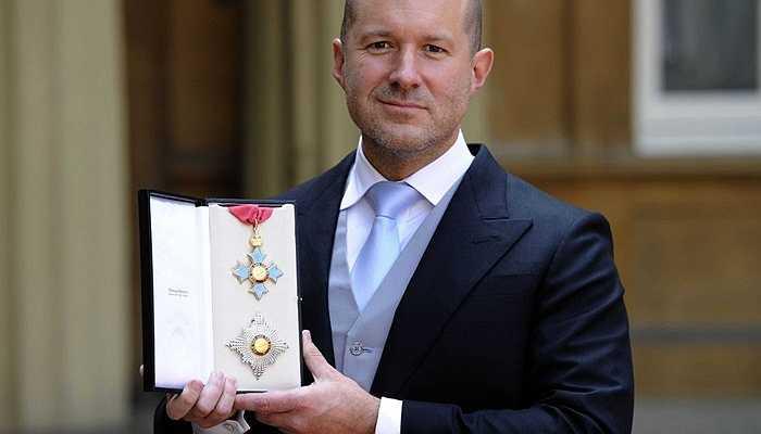 Vào 5/2012, Jonathan Ive được phong tước Hiệp sĩ bởi Công chúa Anne, con gái duy nhất của Nữ hoàng Elizabeth II.