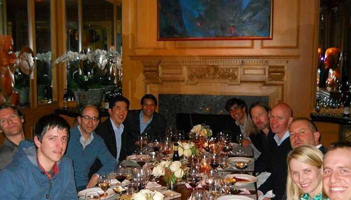 Jonathan Ive cũng thân thiết với CEO Yahoo Marissa Mayer. Trong ảnh là bữa tối thân mật của họ cùng bạn bè vào năm 2013