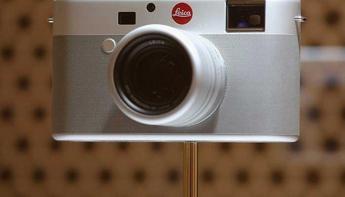Ive cũng nổi tiếng với việc thiết kế từ thiện. Chiếc máy ảnh Leica này do ông thiết kế và được đấu giá với mức giá kỷ lục.