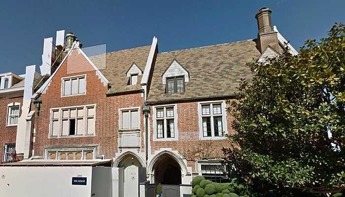 17 triệu USD là cái giá mà Jonathan Ive bỏ ra vào năm 2012 để mua căn nhà này. Hàng xóm nổi tiếng nhất của ông là Larry Ellison - cựu CEO của Oracle