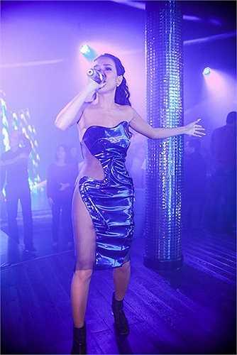 Nữ ca sĩ Thảo Trang trong trang phục xuyên thấu táo bạo