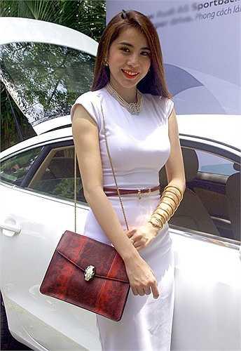 Trong sự kiện ra mắt một thương hiệu xe hơi, Thủy Tiên gây bất ngờ khi diện đồng hồ rắn có giá khoảng 4 tỷ đồng. Vì có quá nhiều thị phi, sau đó cô đã phải đính chính mình là người đại diện cho nhãn hiệu này chứ không có ý khoe của.