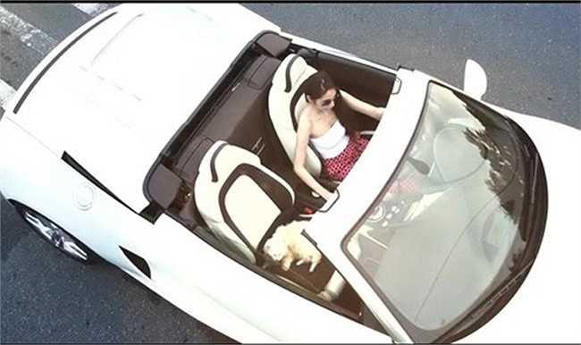 Khi quay MV Mãi thuộc về anh - một ca khúc do chính mình sáng tác, Thủy Tiên cầm lái chiếc xế hộp mui trần màu trắng trẻ trung, sang trọng.