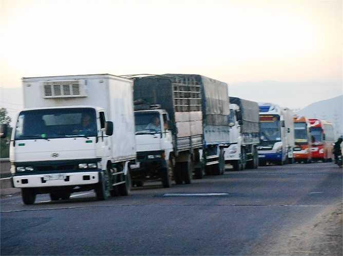 Ùn tắc, kẹt xe do va chạm giao thông trên địa bàn tỉnh Bình Định. Ảnh: Phan Cường