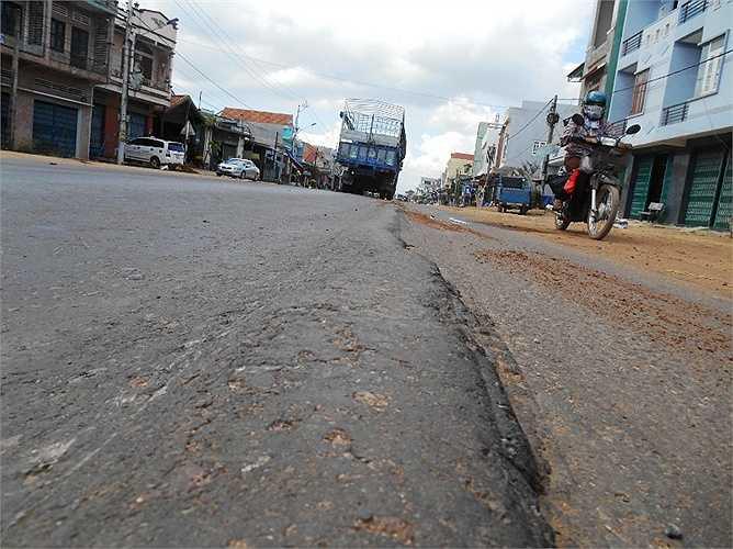 Ngoài đường xá tạo gờ, vênh thì việc xe chở đất đá vương vãi trên đường cũng là nguyên nhân gây ra TNGT.