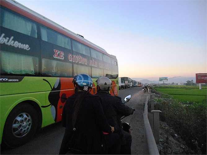 Xe khách (hướng Bắc - Nam)lấn tuyến suýt gây tai nạn giao thông với hai người đi xe máy ngược chiều tại địa bàn huyện An Nhơn. Ảnh: Phan Cường