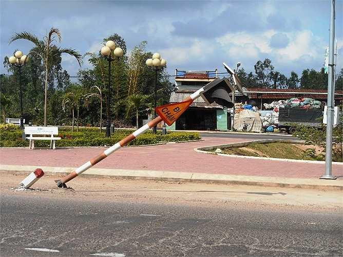 Biển cảnh báo giao thông ngã đổ nhiều tháng liền nhưng chưa được sửa chữa tại mũi tàu xã Cát Tân, Phù Cát