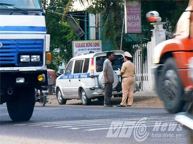 Lực lượng CSGT Bình Định kiểm tra giao thông trên tuyến, kiên quyết xử lý nghiêm các trường hợp vi phạm giao thông. Ảnh: Phan Cường
