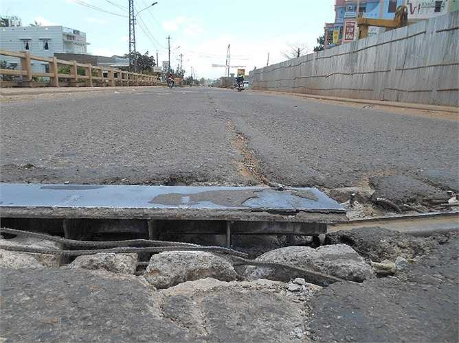 Một cán bộ CSGT Bình Định cho biết: 'Hạ tầng kỹ thuật đường xá trên địa bàn tỉnh như một chiếc áo cũ đã sờn rách cách đây nhiều năm'.